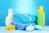 Baby Kosmetik, Handtücher und Seife auf Holztisch, auf blauem Hintergrund — Stockfoto