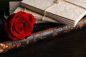 Rose and letters on wooden table close up — Стоковое фото