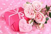 Pacote romântico no fundo do pano-de-rosa — Foto Stock