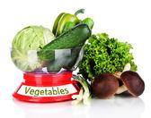 白で隔離されるスケールで新鮮な野菜 — ストック写真