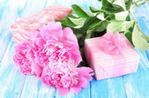 Beautiful peonies on table close-up — Foto Stock