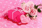 Romantický balíček na růžovou látkou pozadí — Stock fotografie
