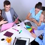 Бизнес-команда работает над их проектом вместе в офисе — Стоковое фото