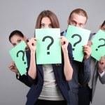 zakelijke team staan in de rij met vraagteken op grijze achtergrond — Stockfoto