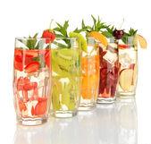 Buz üzerinde beyaz izole meyve içecekler bardak — Stok fotoğraf