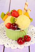 Deliciosos helados con frutas y bayas en un tazón en mesa de madera — Foto de Stock