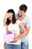 Hermosa pareja amorosa con regalo aislado en blanco — Foto de Stock