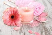 Schöne spa-umgebung mit rosa kerze und blumen auf hölzernen hintergrund — Stockfoto