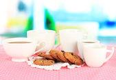 ウィンドウの背景にピンクのナプキンにクッキーとコーヒーのカップ — ストック写真