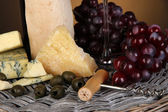 Refined still life of wine, cheese and grapes on wicker tray close-up — Stock Photo