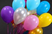 Muitos balões luminosos isoladas em preto — Fotografia Stock