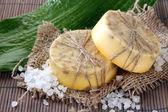 Jabón hecho a mano, sal marina y hoja de estera de bambú gris — Foto de Stock