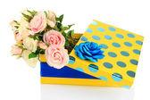 Gele geschenkdoos met bloemen geïsoleerd op wit — Stockfoto