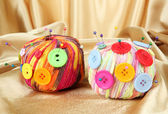 Kleurrijke knoppen en multicolor wol ballen, op weefsel achtergrondkleur — Stockfoto