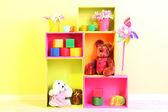 Helle Regale in verschiedenen Farben mit Spielzeug auf Wand-Hintergrund — Stockfoto