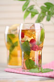 Buzlu çay ahududu, limon ve nane ahşap tablo — Stok fotoğraf