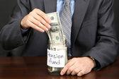 年轻的商人与钱在艾菲尔铁塔的黑色背景上 — 图库照片