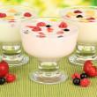 νόστιμο γιαούρτι με φρούτα στο τραπέζι σε φωτεινό φόντο — Φωτογραφία Αρχείου