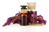 Frascos de medicamento e flores de sálvia, isoladas no branco — Foto Stock