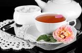 ポットとお茶お茶からローズ ナプキン黒背景金属トレイ上 — ストック写真
