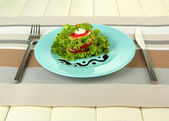 木制背景上的沙拉,美味烤的骨髓和番茄片 — 图库照片