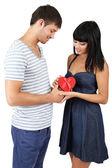 Mooie verliefde paar met cadeau geïsoleerd op wit — Stockfoto