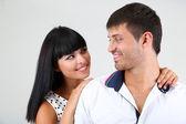 Schönes liebespaar zusammen auf grauem hintergrund — Stockfoto