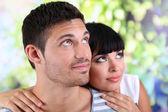 自然な背景で一緒に美しい愛情のあるカップル — ストック写真