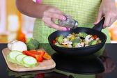 Ręce, gotowanie warzyw ragout patelni w kuchni — Zdjęcie stockowe