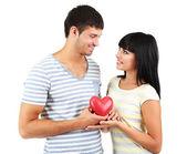 Mooie verliefde paar met hart geïsoleerd op wit — Stockfoto