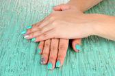Piękna kobieta ręce niebieski do manicure, na kolor tła — Zdjęcie stockowe