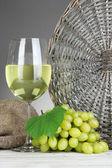 Olgun lezzetli üzüm şarap gri arka plan üzerinde tablo ile — Stok fotoğraf
