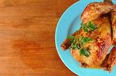在蓝色上木制背景板上烤整鸡 — 图库照片