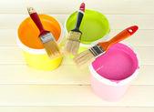 Set de pintura: pintar cacharros, cepillos de mesa de madera blanca — Foto de Stock