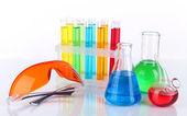 Reagenzgläser mit bunten flüssigkeiten isoliert auf weiss — Stockfoto