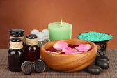 Composición de spa con aceites aromáticos sobre fondo marrón — Foto de Stock