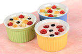 вкусный йогурт с фруктами крупным планом — Стоковое фото