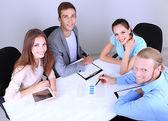 Zakelijke team dat werkt op hun project samen op kantoor — Stockfoto