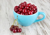 Sweet cherry in cup on table close-up — Stock Photo