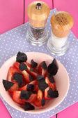 салат из свежих помидоров с базиликом листья в миску на салфетке на деревянных фоне — Стоковое фото