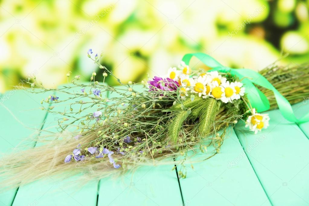 Bouquet de fleurs sauvages et les herbes sur une table en bois sur fond clair photographie - Bouquet de fleurs sauvages ...