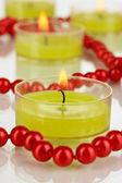 Зажженные свечи с бисером крупным планом — Стоковое фото