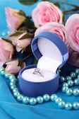 Rose ve mavi kumaş üzerine nişan yüzüğü — Stok fotoğraf