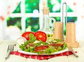 サラダの葉は、明るい背景上でおいしいローストの骨髄とトマトのスライス — ストック写真