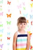 蝶背景の花輪の少女の肖像画 — ストック写真