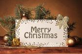 空白明信片、 圣诞球和棕色背景上的木桌上的杉木树 — 图库照片