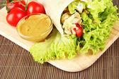 Kebab - grillat kött och grönsaker, på trä ombord, på bambu matta bakgrund — Stockfoto