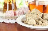 Delicioso turrón con té en la mesa en la sala de — Foto de Stock