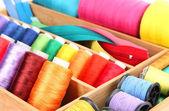 Accessori per cucire in scatola di legno da vicino — Foto Stock