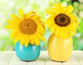 яркие подсолнухи в вазе на деревянный стол на естественный фон — Стоковое фото